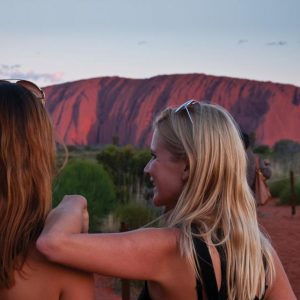 australia_northern-territory_happy_friends_uluru_sunset