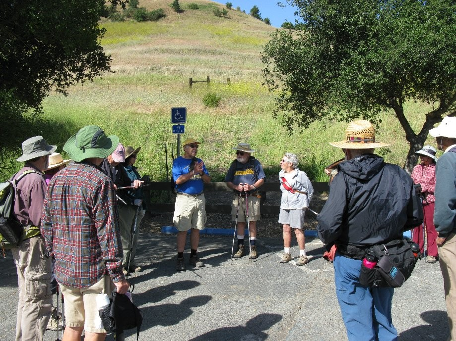 Trip photo #1/20 18 hikers at the trailhead
