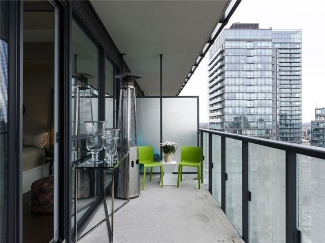 Condo Apartment at 15 Grenville St, Unit 3306, Toronto, Ontario. Image 2