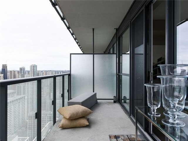 Condo Apartment at 15 Grenville St, Unit 3306, Toronto, Ontario. Image 3
