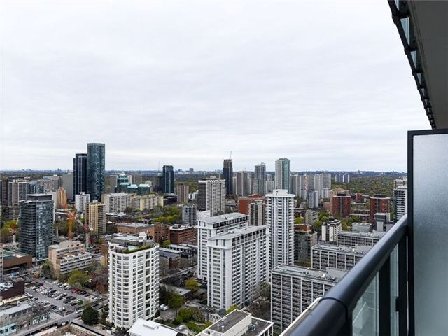 Condo Apartment at 15 Grenville St, Unit 3306, Toronto, Ontario. Image 4