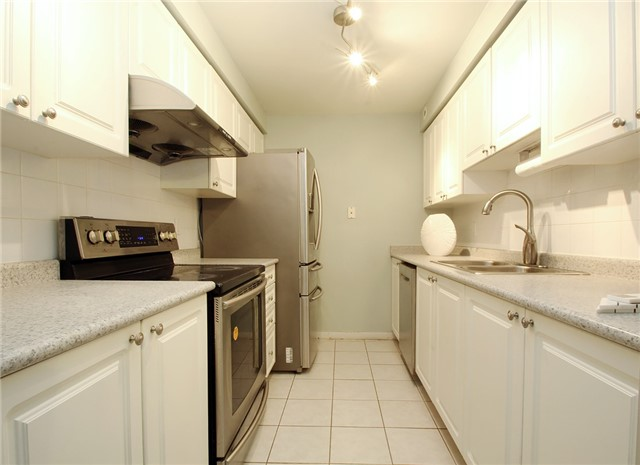 Condo Townhouse at 28 Sommerset Way, Unit 1101, Toronto, Ontario. Image 2