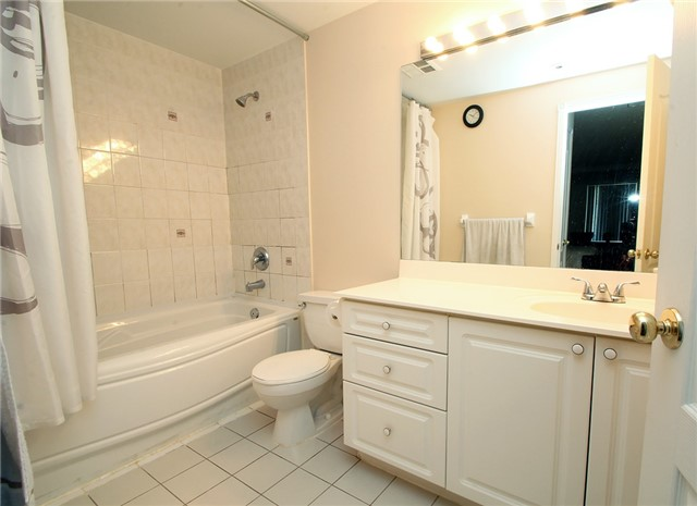 Condo Townhouse at 28 Sommerset Way, Unit 1101, Toronto, Ontario. Image 5