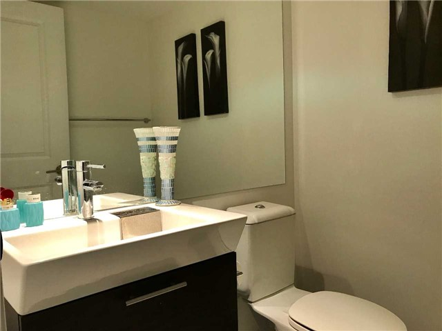 Condo Apartment at 386 Yonge St, Unit 5712, Toronto, Ontario. Image 2