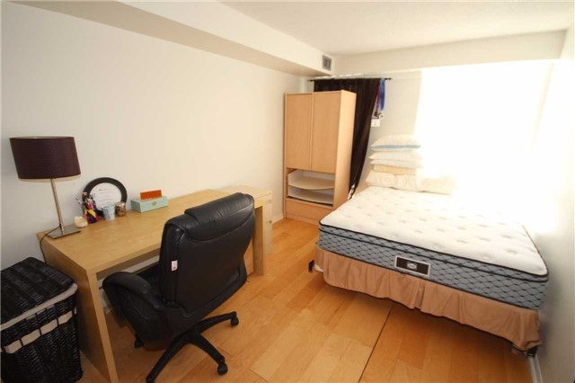Condo Apartment at 701 King St W, Unit 914, Toronto, Ontario. Image 2