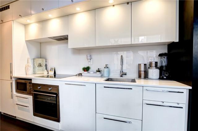 Condo Apartment at 15 Grenville St, Unit 603, Toronto, Ontario. Image 5