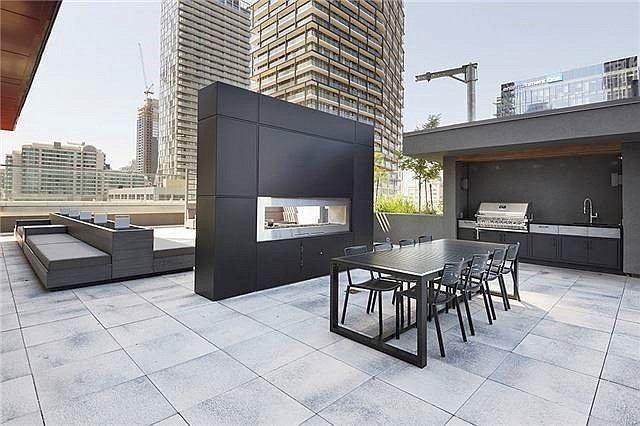 Condo Apartment at 318 Richmond St W, Unit 406, Toronto, Ontario. Image 16
