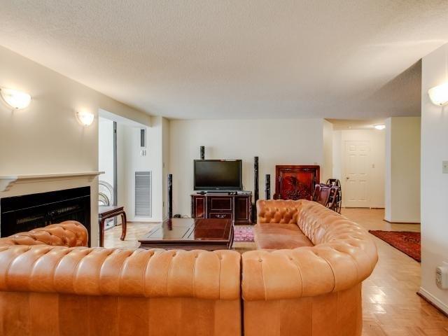 Condo Apartment at 280 Simcoe St, Unit 1206, Toronto, Ontario. Image 17