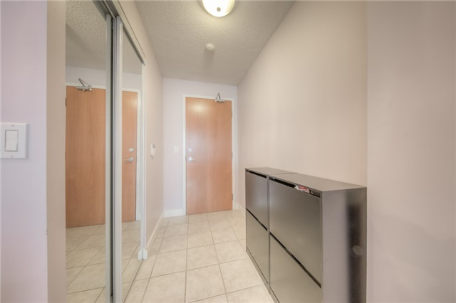 Condo Apartment at 219 Fort York Blvd W, Unit 1104, Toronto, Ontario. Image 11
