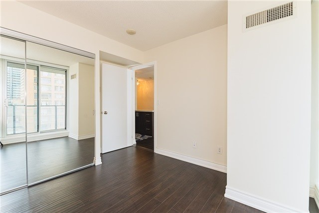 Condo Apartment at 111 Elizabeth St, Unit 925, Toronto, Ontario. Image 15