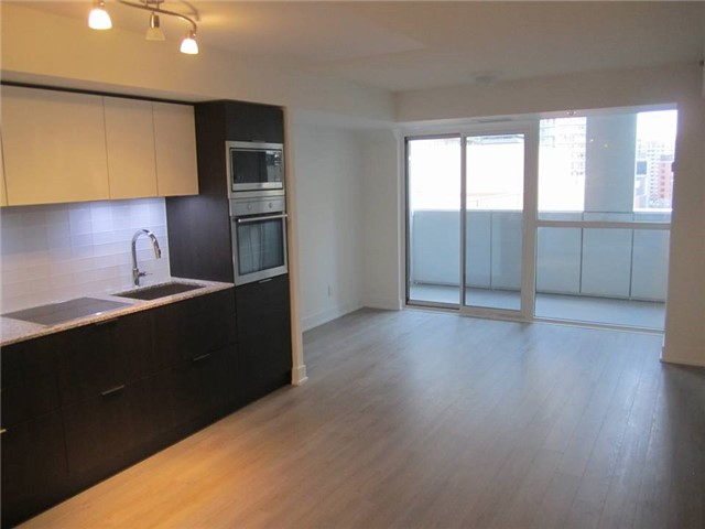 Condo Apartment at 318 Richmond St W, Unit 815, Toronto, Ontario. Image 2