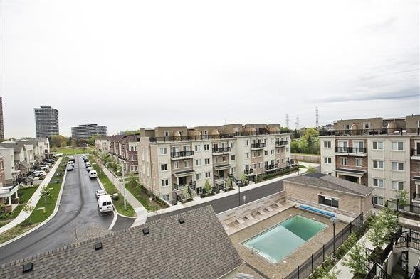 Condo Townhouse at 15 Coneflower Cres, Unit #241, Toronto, Ontario. Image 9