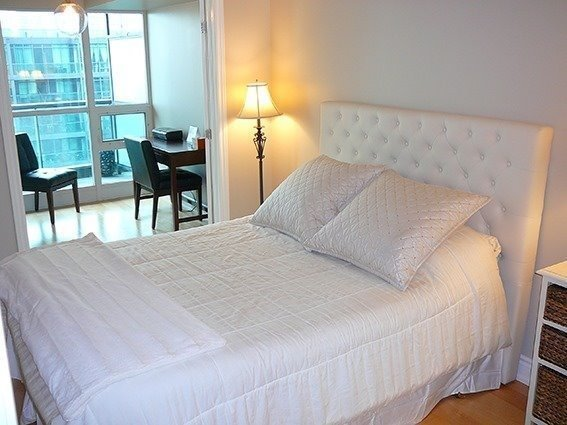 Condo Apartment at 219 Fort York Blvd, Unit 1210, Toronto, Ontario. Image 8