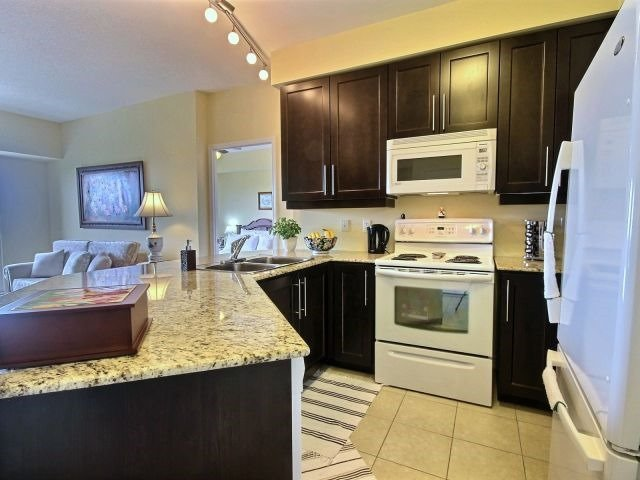 Condo Apartment at 872 Sheppard Ave W, Unit 707, Toronto, Ontario. Image 10