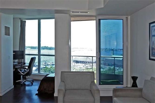 Condo Apartment at 218 Queens Quay W, Unit 1011, Toronto, Ontario. Image 12
