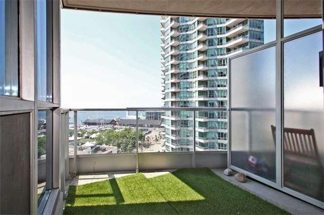 Condo Apartment at 218 Queens Quay W, Unit 1011, Toronto, Ontario. Image 8