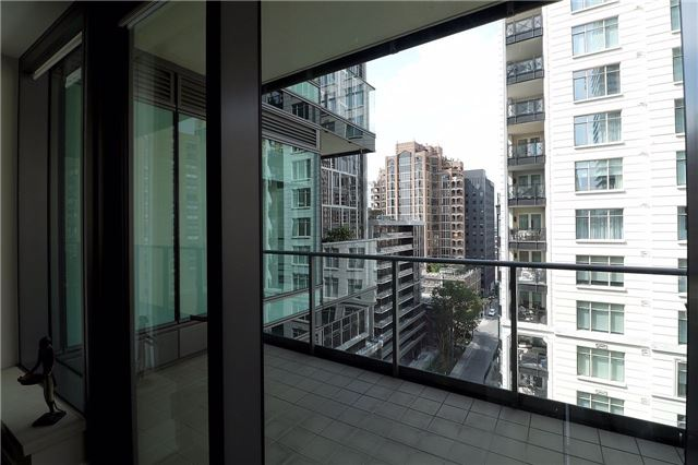 Condo Apartment at 77 Charles St W, Unit 1002, Toronto, Ontario. Image 6