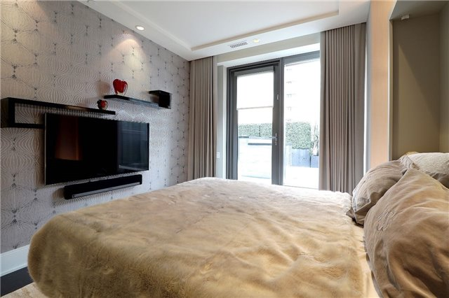 Condo Apartment at 77 Charles St W, Unit 1002, Toronto, Ontario. Image 9