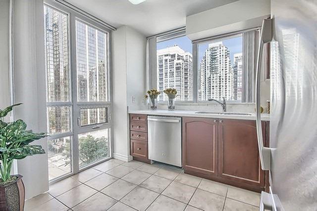 Condo Apartment at 35 Hollywood Ave, Unit 1019, Toronto, Ontario. Image 20