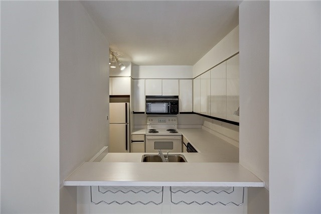 Condo Apartment at 7 Carlton St, Unit 304, Toronto, Ontario. Image 3