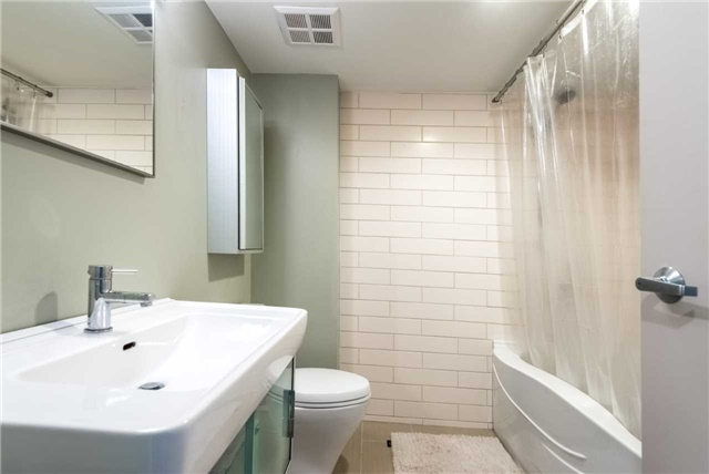 Condo Apartment at 388 Richmond St W, Unit 916, Toronto, Ontario. Image 6