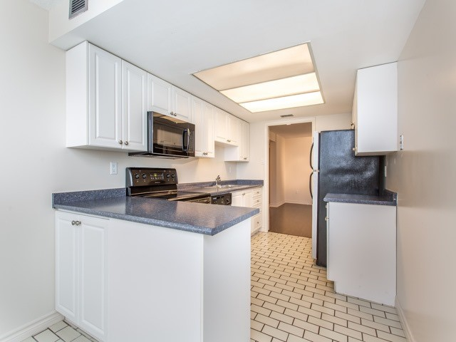 Condo Apartment at 360 Bloor St E, Unit 1009, Toronto, Ontario. Image 2
