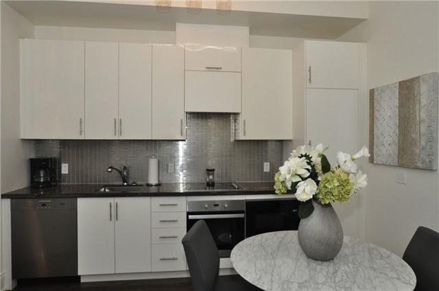 Condo Apartment at 23 Glebe Rd W, Unit 819, Toronto, Ontario. Image 7