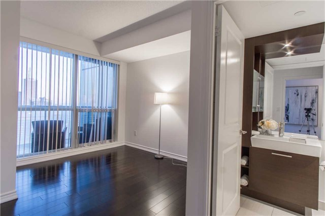 Condo Apartment at 386 Yonge St, Unit 5007, Toronto, Ontario. Image 4