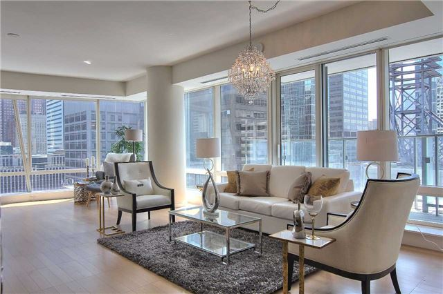 Condo Apartment at 180 University Ave, Unit 1807, Toronto, Ontario. Image 15