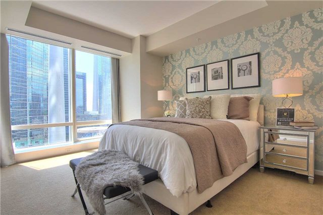 Condo Apartment at 180 University Ave, Unit 1807, Toronto, Ontario. Image 2