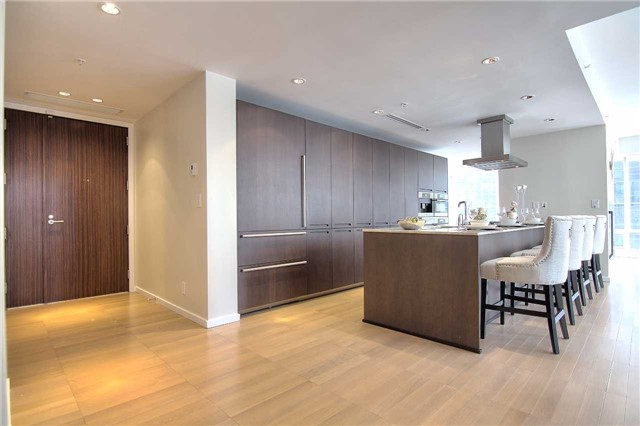 Condo Apartment at 180 University Ave, Unit 1807, Toronto, Ontario. Image 3