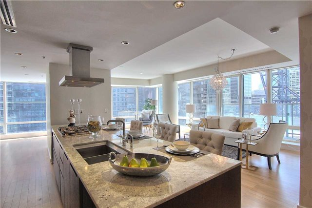 Condo Apartment at 180 University Ave, Unit 1807, Toronto, Ontario. Image 6