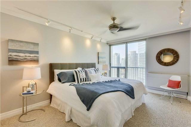 Condo Apartment at 33 Harbour Sq, Unit 3024, Toronto, Ontario. Image 3