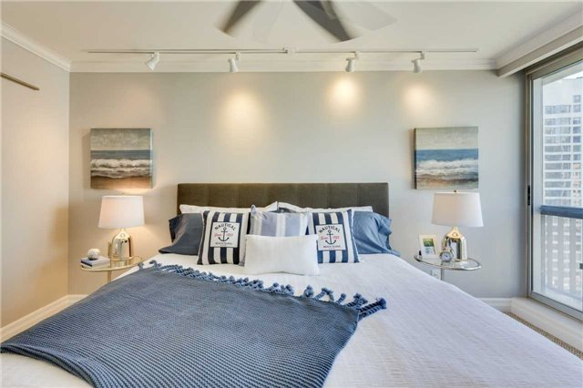 Condo Apartment at 33 Harbour Sq, Unit 3024, Toronto, Ontario. Image 4