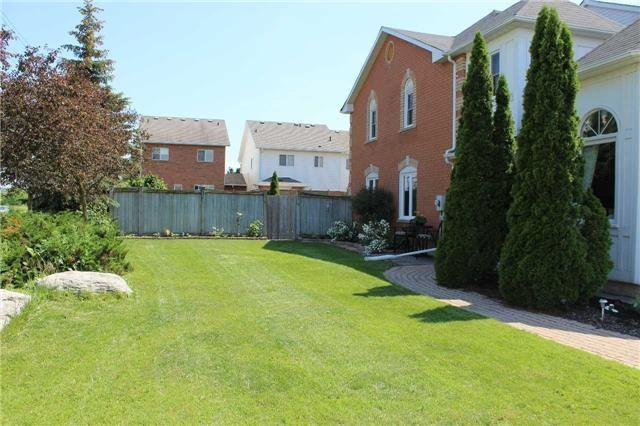 Townhouse at 411 Woodmount Dr, Oshawa, Ontario. Image 4