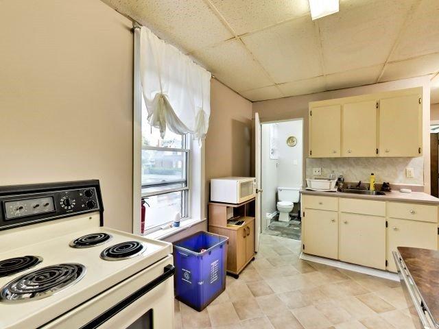Duplex at 264 Athol St E, Oshawa, Ontario. Image 3