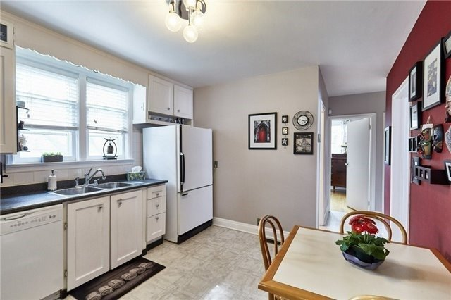 Detached at 208 St. Peter St, Whitby, Ontario. Image 10