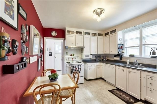 Detached at 208 St. Peter St, Whitby, Ontario. Image 11