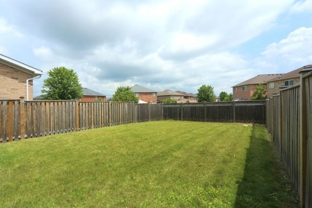 Detached at 35 Kirkland Pl, Whitby, Ontario. Image 9