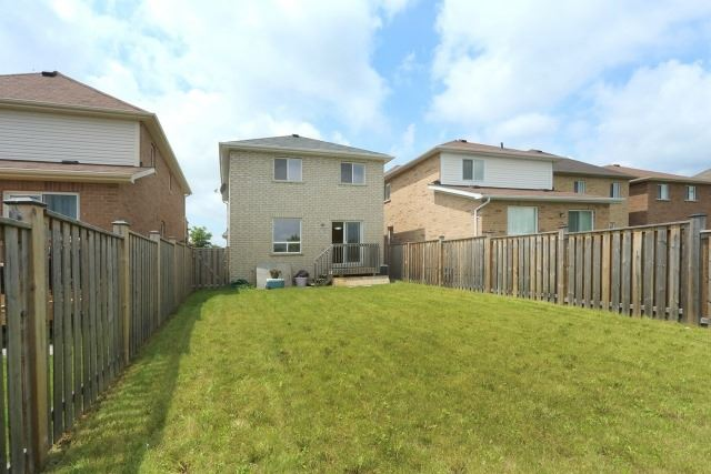 Detached at 35 Kirkland Pl, Whitby, Ontario. Image 10