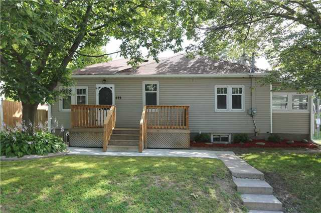 Detached at 829 Athol St, Whitby, Ontario. Image 1
