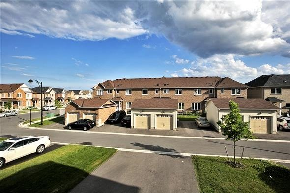 Townhouse at 1786 Carousel Mews, Pickering, Ontario. Image 2