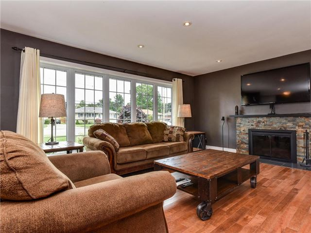 Detached at 902 Henry St, Whitby, Ontario. Image 12