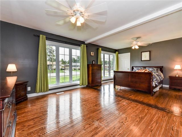 Detached at 902 Henry St, Whitby, Ontario. Image 3