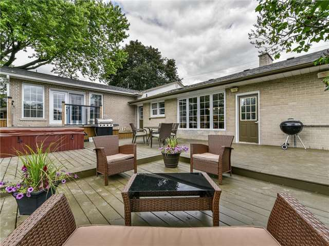 Detached at 902 Henry St, Whitby, Ontario. Image 9