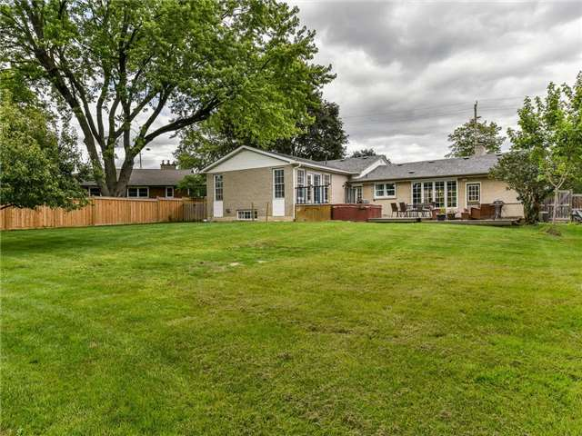 Detached at 902 Henry St, Whitby, Ontario. Image 11