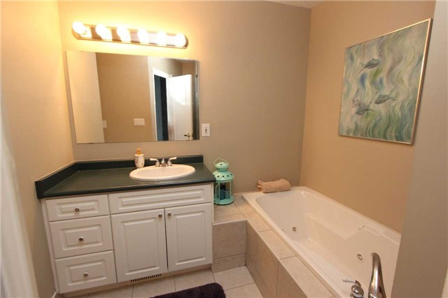 Condo Townhouse at 580 Eyer Dr, Unit 30, Pickering, Ontario. Image 4