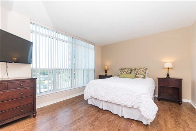 Condo Apartment at 340 Watson St W, Unit 522, Whitby, Ontario. Image 4