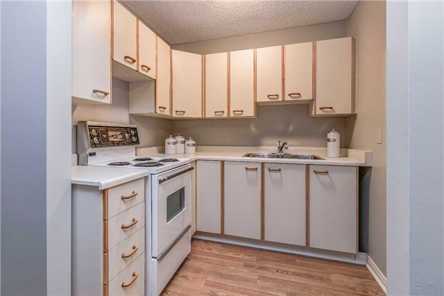 Detached at 13 Bellwood Dr, Whitby, Ontario. Image 5