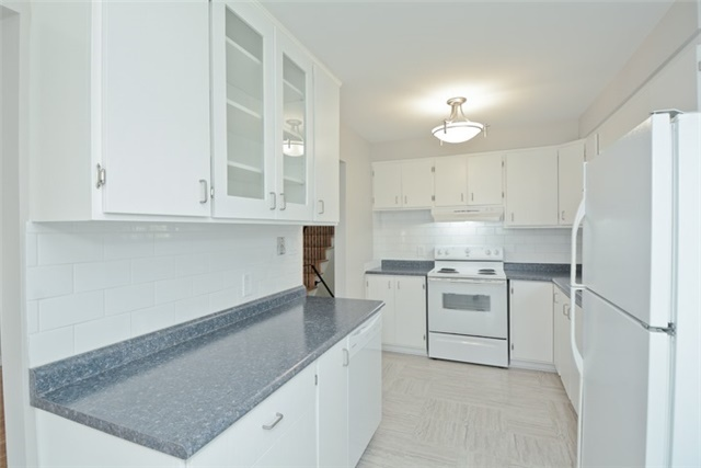 Semi-detached at 72 Little Ave, Clarington, Ontario. Image 17
